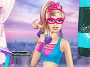 Szuperhős Barbie tornázik