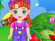Малышка Анна собирает арбузы